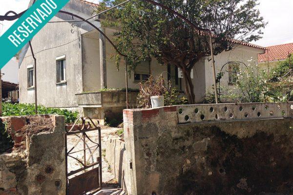 Terreno com moradias, para remodelação, na Tala, Belas
